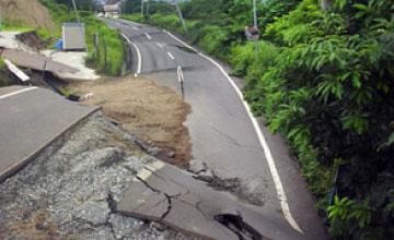 平成19年 中越沖地震で大きく沈下流動した市道